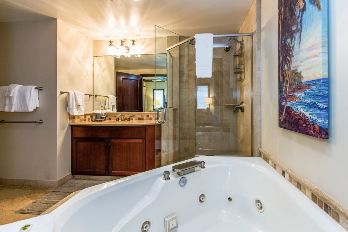 207 Master Bathroom with Jacuzzi Tub